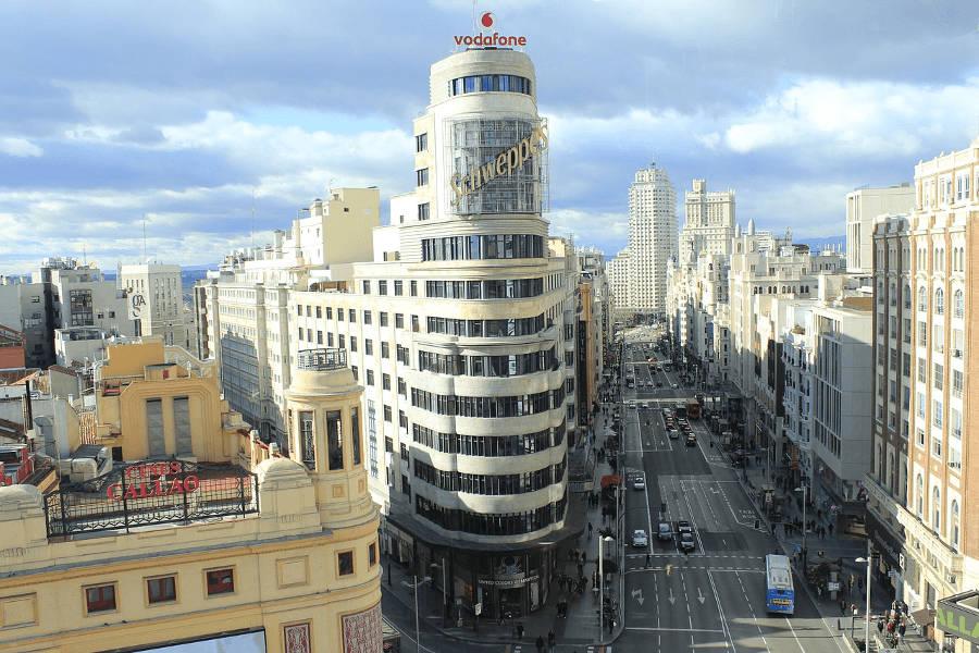 Vista de la calle Gran Vía desde la plaza de Callao (Madrid centro)