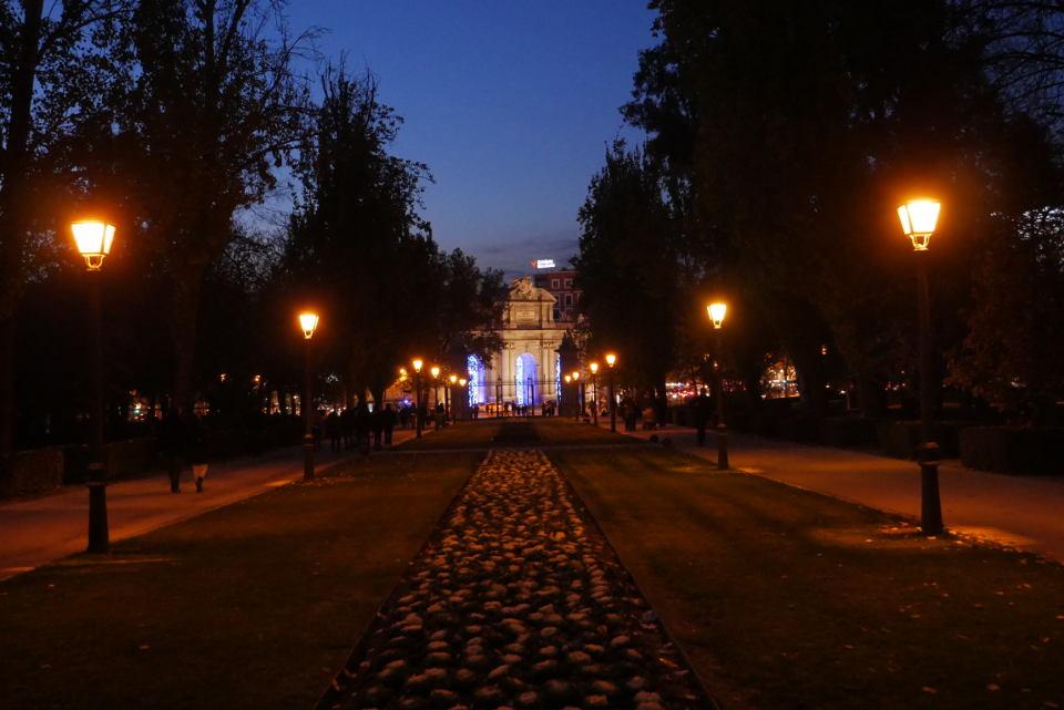 Entrada al Parque del Retiro de Madrid desde la Puerta de Alcalá. Fotografía anocheciendo