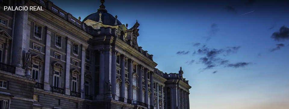 Fotografía del Palacio Real de Madrid al anochecer, obra del equipo de QueHacerEnMadrid.com