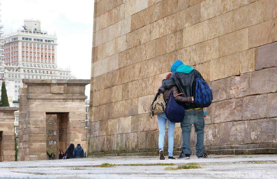 Imagen de una pareja caminando abrazados por El Templo de Debod, libre de derechos de autor (Pixabey)