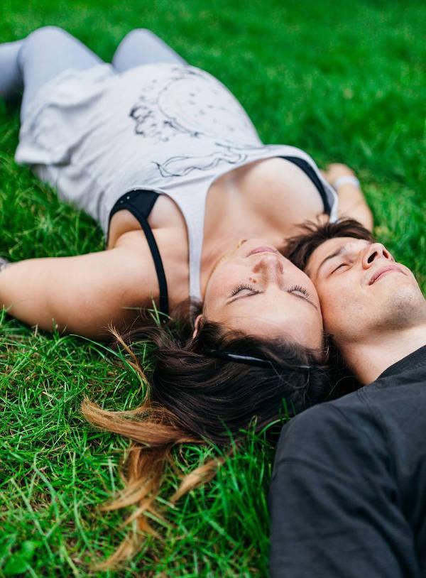Imagen de una pareja tumbada en un parque de Madrid, libre de derechos de autor (Pixabey)