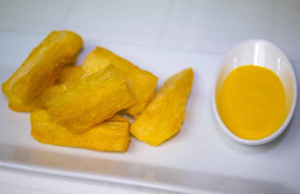 Yuquitas peruanas fritas con salsa huancaína en el Restaurante Peruano Inti de Oro Barrio de Las Letras